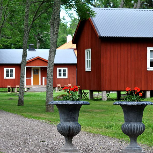 Red cottages by the sea at Sågarbo herrgård